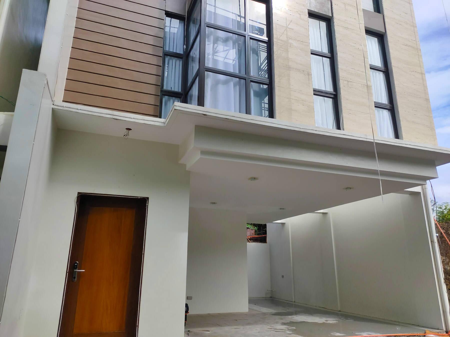 Brizlane Residences - Entrance and 3 car port